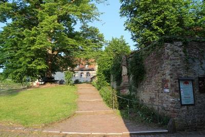 Burg Rothenfels im Frühjahr - Blick zur Herberge
